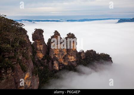 Eine dicke, hohe Nebel um die Ikonischen drei Schwestern in Katoomba New South Wales Australien am 16. Juni 2017