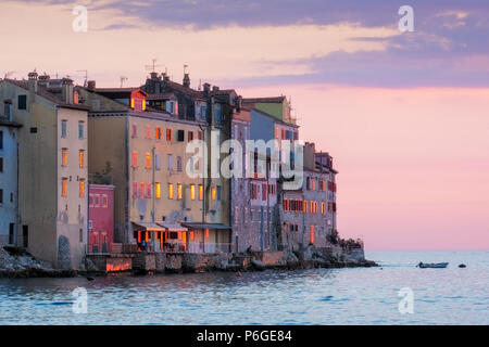Alte Häuser am Meer Küste bei Sonnenuntergang in Rovinj, Kroatien, Europa - Stockfoto