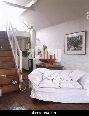 Weiß Lose   Abdeckung Auf Sofa Im Offenen Haus Wohnzimmer Und Küche Mit Dunklen  Holzböden