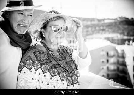 Schön Schön senior Paar Kaukasier in Outdoor Freizeitaktivitäten Aktivität bleiben zusammen glücklich umarmte Nach einem ganzen Leben in Glück. Ferienhäuser sty - Stockfoto