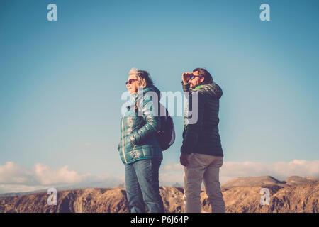 Paare unterschiedlichen Alters wie Mutter und Sohn gehen zusammen in trekking Aktivität auf einem Berg. Wandern Freizeit aktive Menschen draußen in der Natur - Stockfoto