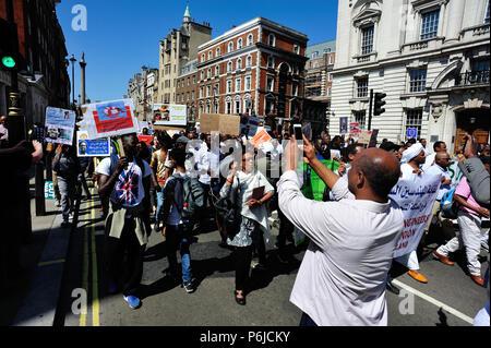 London, Großbritannien. 30. Juni 2018 Demonstration gegen die Regierung des Sudan erfolgt entlang Whitehall, Downing Street, London, UK - Stockfoto