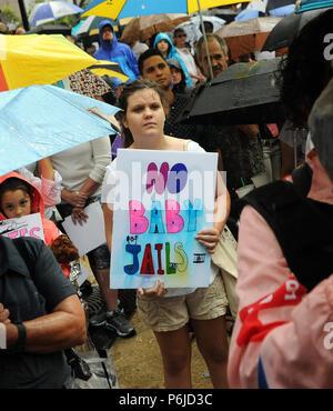 Orlando, Florida, USA. 30 Jun, 2018. Protest im Regen die Trennung von migrantenfamilien am 30. Juni 2018 Vor dem Rathaus in Orlando, Florida. Proteste wurden heute in über 750 Städten der Vereinigten Staaten geplant. (Paul Hennessy/Alamy Live News) Credit: Paul Hennessy/Alamy leben Nachrichten - Stockfoto