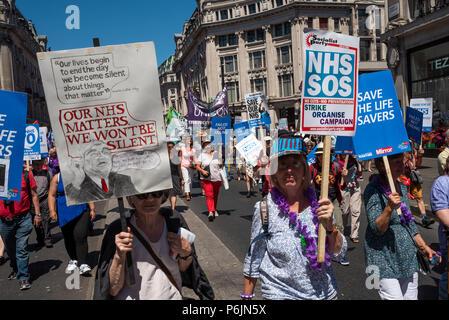 London, Großbritannien. 30. Juni 2018. NHS 70. März auf der Downing Street. Zehntausende von der BBC an der Portland Ort versammeln und durch die Londoner Innenstadt marschierten zum 70. Jahrestag des National Health Service zu markieren. Sie warben für ein Ende der Kürzungen, Privatisierungen und für eine glaubwürdige Finanzierung. Der März und Kundgebung wurde von der Volksversammlung gegen Sparpolitik, Gesundheit Kampagnen zusammen, TUC und Gesundheit Service Gewerkschaften organisiert. Credit: Stephen Bell/Alamy Leben Nachrichten. - Stockfoto