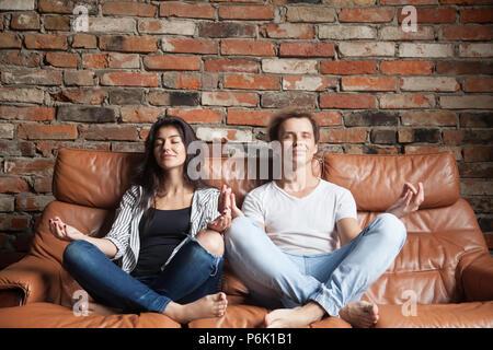 paar meditieren zusammen im wohnzimmer stockfoto bild. Black Bedroom Furniture Sets. Home Design Ideas