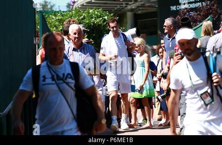 London, Großbritannien. 30. Juni, 2018. Andy Murray ist alles Lächeln nach dem Training am Samstag vor der Meisterschaft starten in Wimbledon. Wimbledon Vor-turnier-Samstag, Wimbledon, London, am 30. Juni 2018. Credit: Paul Marriott/Alamy leben Nachrichten - Stockfoto
