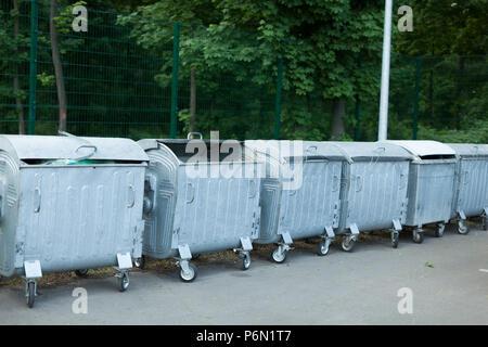 Großes Metall gefüllt Mülltonnen auf der Straße stehend in einer Reihe - Stockfoto