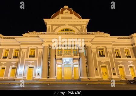 Antiguo Ayuntamiento in der Nacht, der Heimat der Provinzregierung Gebäude in Cienfuegos, Kuba - Stockfoto