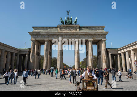 BERLIN, DEUTSCHLAND, 17. APRIL 2018: eine Straße, Organ Player vor dem Brandenburger Tor am Pariser Platz mit vielen unbekannten Touristen. - Stockfoto