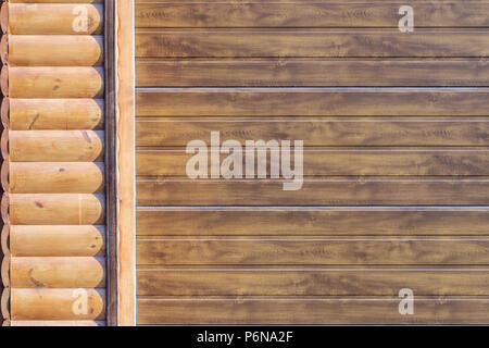Close-up Detail der Wand mit Holz Abstellgleis abgedeckt. Teil des automatischen garagentor. Auto-Fassade teil - Stockfoto