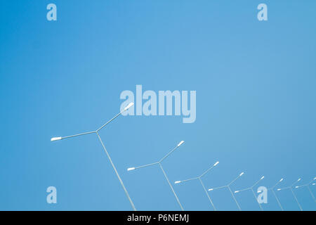 Street Light Polen gegen den blauen Himmel - Stockfoto