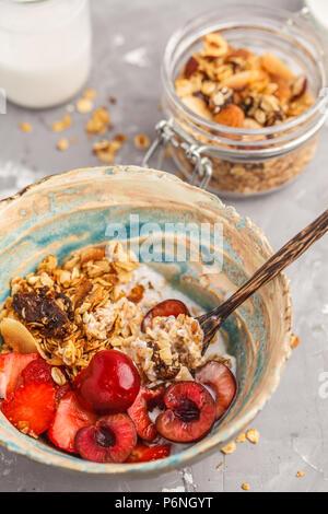 Hausgemachtes Müsli mit Joghurt und Beeren. Gesunde vegane Ernährung Konzept. - Stockfoto