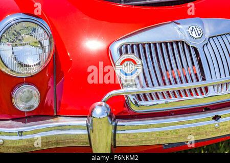 Flache Tiefenschärfe Detailansicht der Scheinwerfer und Kühlergrill auf einem MGA 1958 Roadster. - Stockfoto