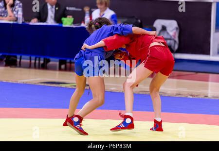 Zwei junge Mädchen konkurrieren im Wrestling auf Tatami. Wrestling Wettbewerb unter den Kindern. Jugend Turniere der Kampfkünste und Kampfsportarten. - Stockfoto