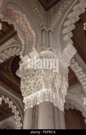 Chapiteau d'un des Piliers de la Salle les prières de la Mosquée Hassan II, en plâtre sculptà © et Peint, entièrement travaillésur place par les - Stockfoto