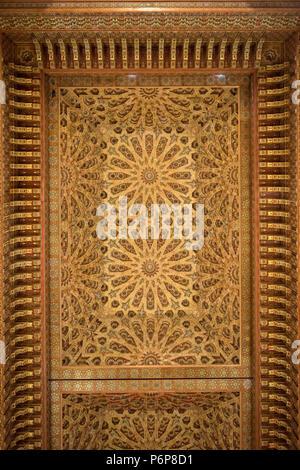 Deckenleucht amovible de la Salle les prières de la Mosquée Hassan II. Casablanca, Marokko. - Stockfoto