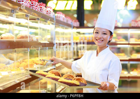 Weibliche Bäcker in der Bäckerei arbeiten - Stockfoto