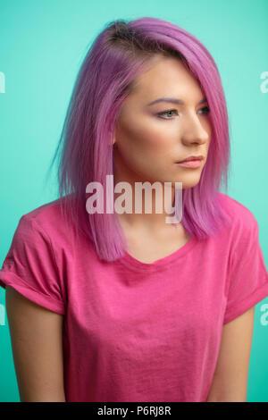 Gefärbte Haare. Portrait von ziemlich ruhige Frau mit Haaren in rosa oder purpurrote Farbe gefärbt. Stilvolle haicut. Gesundes Haar, Haarfärbung, Frau Schönheit Co - Stockfoto