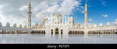 Panoramablick auf innere Hof Sheikh Zayed Moschee in Abu Dhabi, VAE - Stockfoto