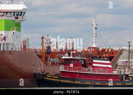McAllister Abschleppen tug Brooklyn McAllister docking Tanker Sichem Mississippi an imtt Bayonne - Stockfoto
