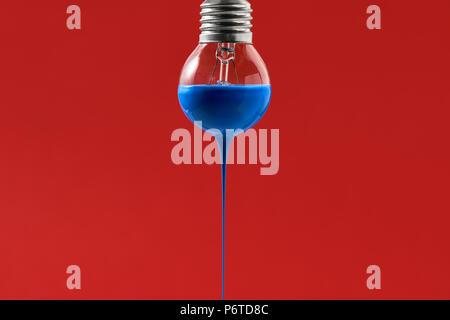 Glühbirne mit der blauen Farbe auf es - Stockfoto