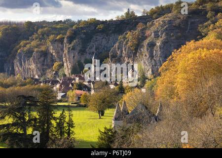 Dorf Gourdon im Herbst, Lot, Midi-Pyrénées, Frankreich - Stockfoto