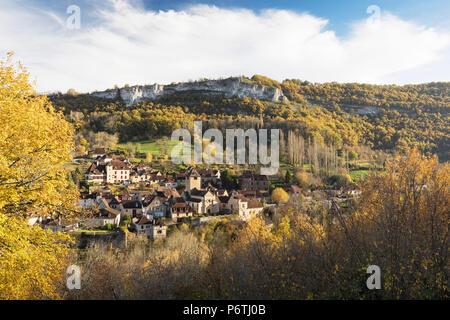 Das Dorf Autoire im Herbst, Lot, Midi-Pyrénées, Frankreich - Stockfoto