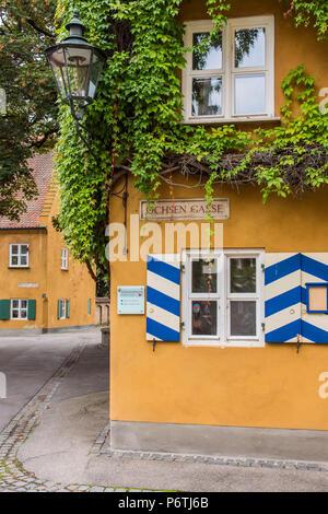 Street View der Fuggerei, älteste settlemment sozialer Wohnungsbau Komplex der Welt immer noch in Gebrauch, Augsburg, Bayern, Deutschland - Stockfoto