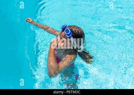 Kleines Mädchen mit Brille Schwimmen im Pool - Stockfoto