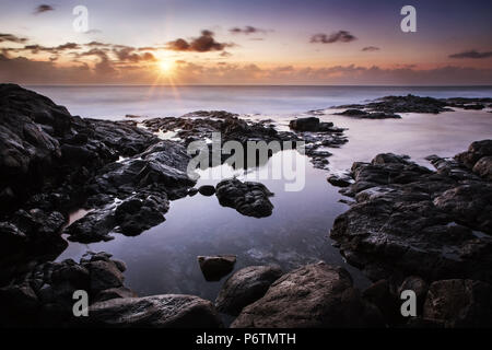 Ruhe Sonnenuntergang über dem Atlantischen Ozean, Lanzarote, Playa Blanca - Stockfoto