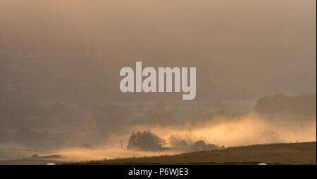 Yorkshire Dale, UK. 3. Juli 2018. Einen weiteren herrlichen Tag bekons nach dem frühen Morgennebel in den Yorkshire Dale Nationalpark um Semerwater, Wensleydale. Credit: Wayne HUTCHINSON/Alamy leben Nachrichten - Stockfoto