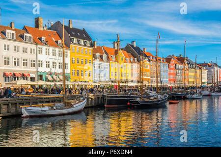 Kopenhagen, Hovedstaden, Dänemark, Nordeuropa. Bunte Häuser am Wasser in Nihavn. - Stockfoto