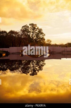 Argentinien, Provinz Buenos Aires, San Antonio de Areco, Ansicht des Flusses Areco und die alte Brücke bei Sonnenuntergang. - Stockfoto