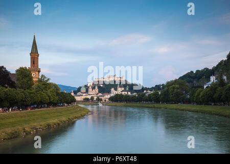 Österreich, Salzburg, Ansicht von der Evangelischen Kirchengemeinde Salzburg Christus Kirche, Salzach und der Festung Hohensalzburg über der Altstadt - Stockfoto