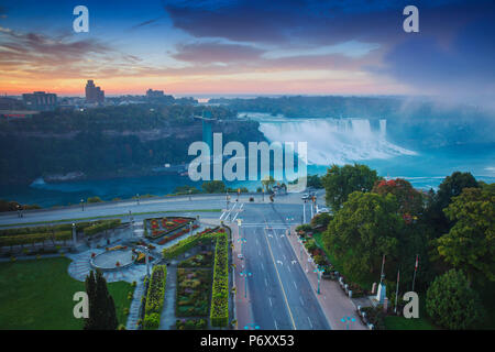 Kanada und USA, Ontario und New York State, Niagara, Niagara Falls, Blick auf die amerikanische und die Bridal Veil Falls in der Morgendämmerung - Stockfoto