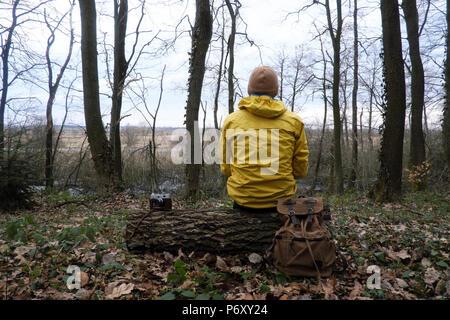 Mann mit Rucksack in den wilden Wald - Stockfoto
