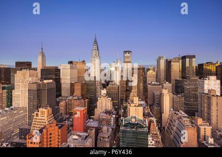 Die Skyline von Midtown mit Chrysler Building und das Empire State Building, Manhattan, New York City, USA - Stockfoto