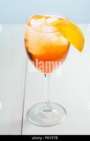 Aperol Spritz serviert mit einer Orange Slice Wein Glas. Weißer Hintergrund, hohe Auflösung - Stockfoto