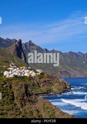 Spanien, Kanarische Inseln, Teneriffa, Ansicht der Almaciga Dorf und das Anagagebirge. - Stockfoto