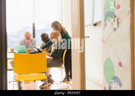 Senior Business Leute mit Laptops im Konferenzraum treffen - Stockfoto