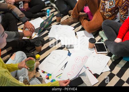Creative Business Leute treffen, Brainstorming im Kreis auf dem Boden - Stockfoto