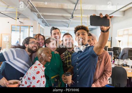 Creative Business Team selfie im Büro - Stockfoto
