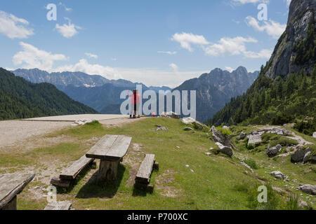Besucher bewundern die Berge an der Spitze der Vrsic Pass im Slowenischen Julischen Alpen, am 22. Juni 2018, in den Nationalpark Triglav, Slowenien.