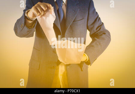 Geschäftsmann leeres Papier zerreissen auf weißem Hintergrund/Bild des Menschen Händen reissen Vertrag Papier. - Stockfoto