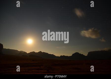 Roter Sand der Wüste. Inspiriert von der Schönheit der Natur Landschaft in der Wüste - Stockfoto