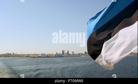 Estnische Flagge von der Fähre den Golf von Finnland. Über das Wasser ist das Stadtbild von Tallinn, Estland. - Stockfoto