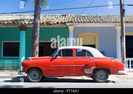 Red vintage American Auto auf der Straße geparkt neben bunten Gebäude in Vinales, Kuba, Karibik, Karibik, Zentral- und Lateinamerika - Stockfoto