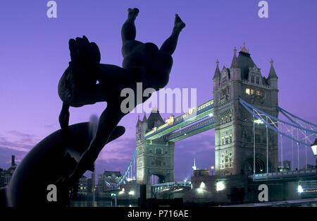 Mädchen mit Dolphin Fountain und die Tower Bridge im Morgengrauen, London, England, Vereinigtes Königreich, Europa - Stockfoto