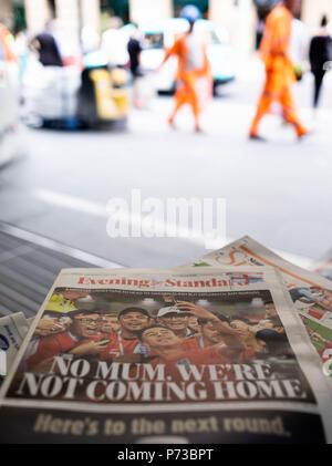 London, England. 4. Juli 2018. Die Schlagzeilen über WM-Erfolg der England Mannschaft sind überall auf die Londoner U-Bahn. © Tim Ring/Alamy leben Nachrichten - Stockfoto