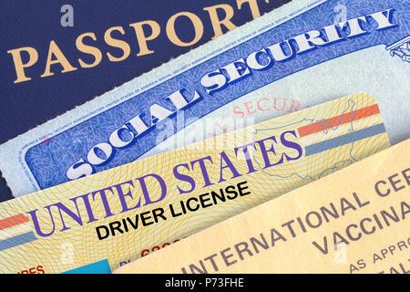 USA Reisepass mit Social Security Card, Führerschein und Geschossen. - Stockfoto